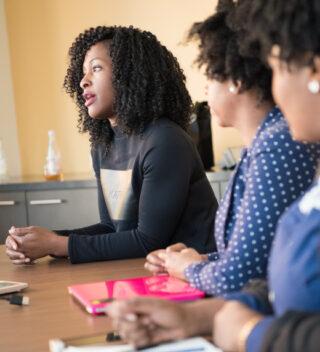 Symbolfoto Fachkräfte: Gespräch am Konferenztisch